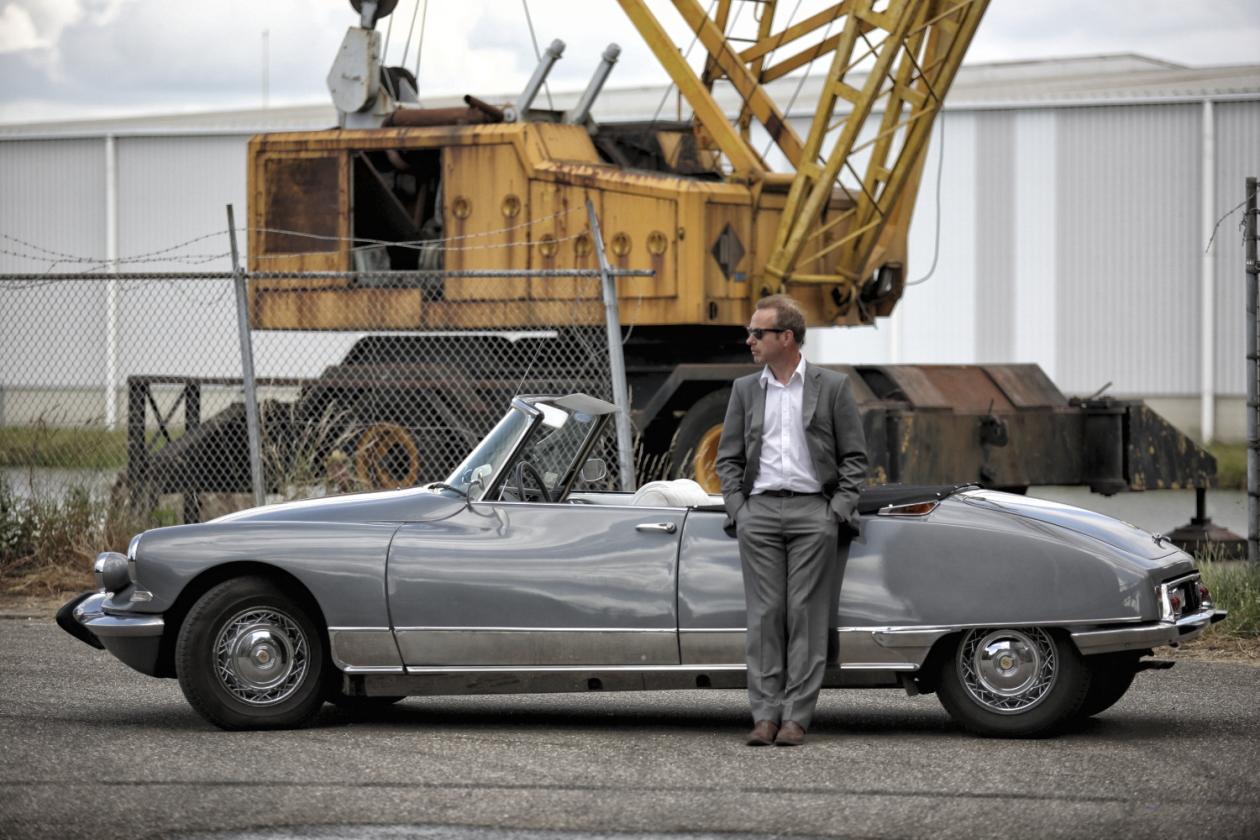 Citroen DS gele kraan man in pak Marcel de Graaf fotografie Deventer