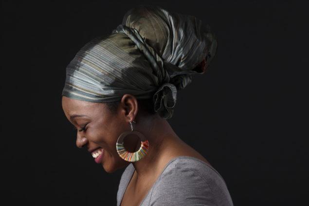 Afrikaanse dame lachen kleurrijk Marcel de Graaf fotografie Deventer