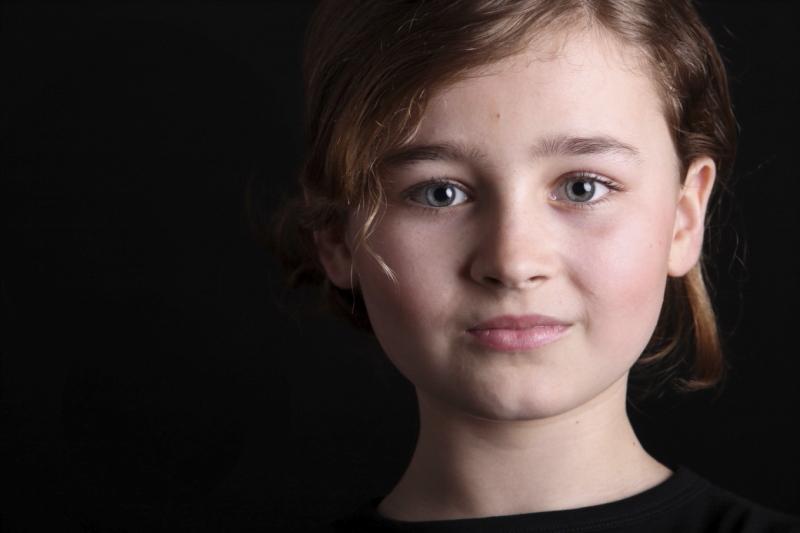 Portret zwarte omgeving blond meisje Marcel de Graaf fotografie Deventer