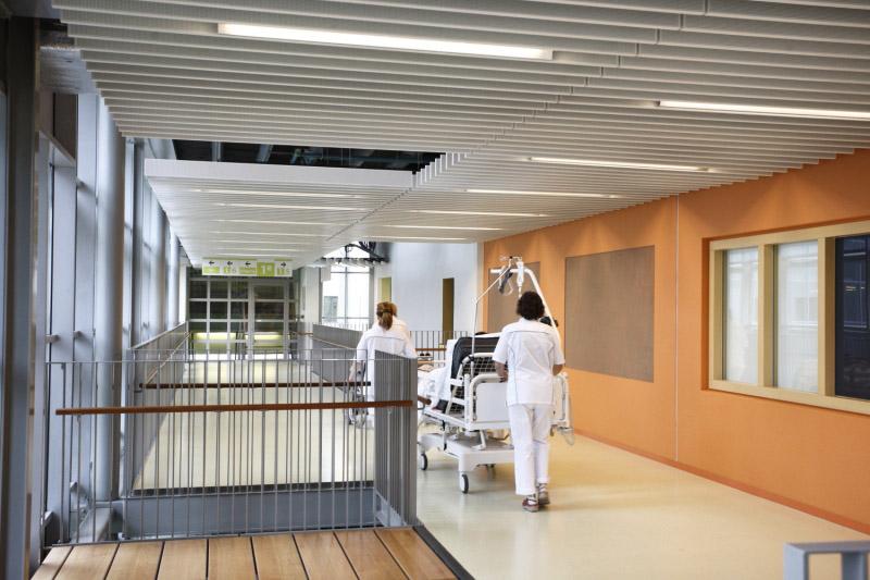 Gang ziekenhuis met verpleegsters Groningen oranje muur Marcel de Graaf fotografie Deventer
